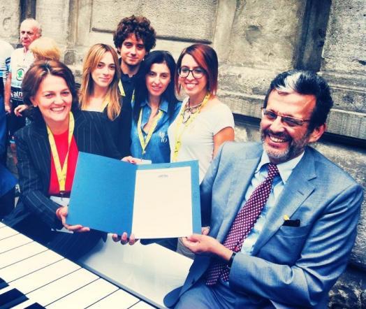 Momento della consegna del certificato UNI ISO 20121 a Francesca Colombo, Segretario Generale e Coordinatore Artistico di MITO SettembreMusica